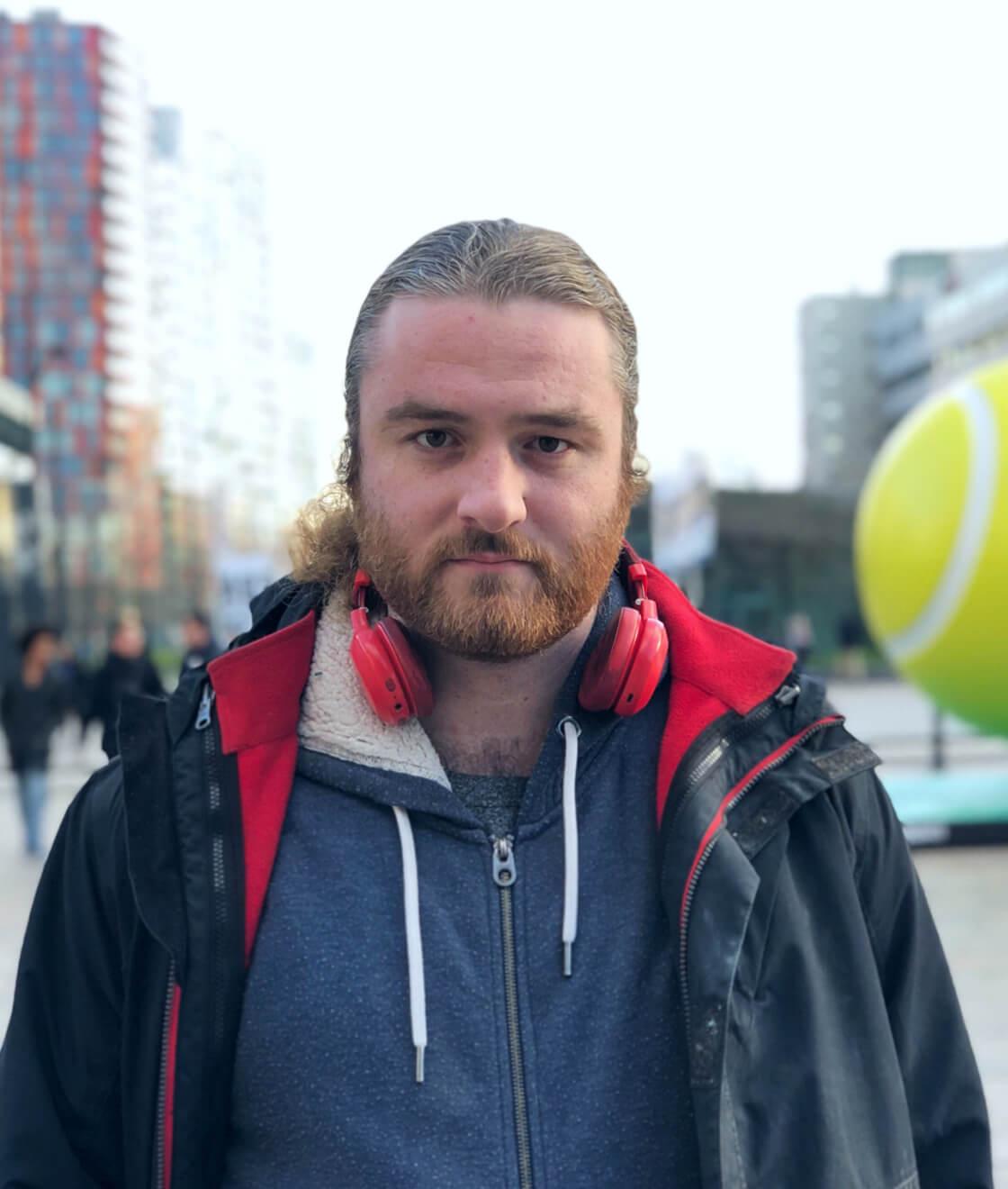 Portrait eines jungen bärtigen Mannes in Freizietkleidung